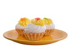 Placa amarilla con crema de pasteles Imagen de archivo
