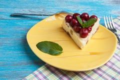 Placa amarilla con un pedazo de pastel de queso Fotografía de archivo