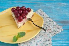 Placa amarilla con un pedazo de pastel de queso Imagen de archivo libre de regalías