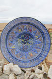 Placa antiga azul da lembrança e minerais de cristal Fotografia de Stock Royalty Free