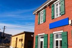 Placa azul na vila Imagem de Stock