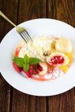 Placa blanca con damplings de la fruta y bayas enteras Fotografía de archivo