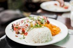 Placa blanca con el servicio del arroz y de las verduras imagen de archivo libre de regalías