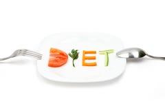 Placa blanca con la dieta de la palabra integrada por las rebanadas de diversas frutas y verduras fotografía de archivo libre de regalías