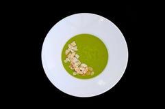 Placa blanca con la sopa del bróculi y de la almendra fotos de archivo
