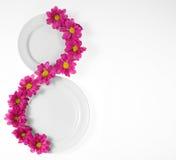 Placa blanca con las flores foto de archivo libre de regalías