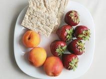 Placa blanca con las frutas Fotos de archivo libres de regalías