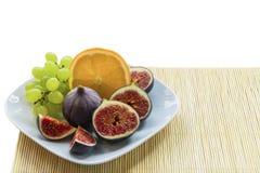 Placa blanca con verano, frutas dietéticas, exóticas jugosas, dulces Imágenes de archivo libres de regalías