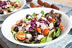 Placa blanca de la ensalada vegetal deliciosa en de madera Fotografía de archivo