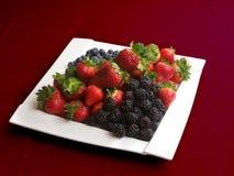 Placa blanca de la fruta de la porcelana con las fresas Imagen de archivo