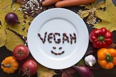 Placa blanca del vegano con la opinión superior de las diversas verduras Imagenes de archivo