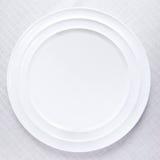 Placa blanca en mantel Foto de archivo libre de regalías