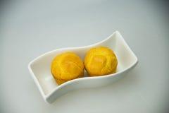Placa blanca, torta amarilla de oro Foto de archivo libre de regalías