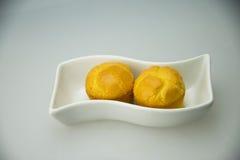 Placa blanca, torta amarilla de oro Fotos de archivo libres de regalías
