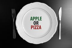 Placa blanca vacía de la visión superior en el fondo negro Apple o la pizza e Fotos de archivo libres de regalías