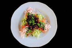 Placa branca com camarões e vegetais Imagens de Stock Royalty Free