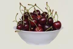 Placa branca com cerejas maduras Imagens de Stock