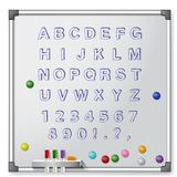 Placa branca com marcadores coloridos e alfabeto Foto de Stock