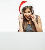 Placa branca da placa do sinal da posse da mulher de Christmass Santa Fotografia de Stock Royalty Free