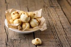 Placa branca de cookies doces do coco em cookies caseiros do coco da sobremesa saboroso horizontal de madeira velha do coco do es fotografia de stock