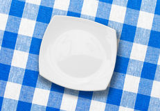 Placa branca no tablecloth verific azul da tela fotografia de stock