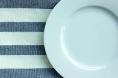 Placa branca vazia com toalha de mesa Fotos de Stock