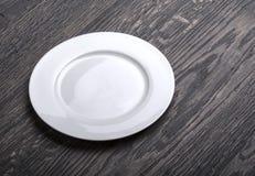 Placa branca vazia em de madeira fotografia de stock royalty free