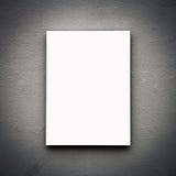 Placa branca vazia na parede Fotos de Stock