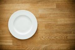 Placa branca vazia na tabela de madeira Imagem de Stock