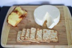 Placa brasileira tradicional do queijo imagens de stock royalty free