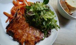 Placa/carne de porco bonitas servida com estilo fotografia de stock royalty free