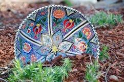 Placa colorida en el macizo de flores Foto de archivo libre de regalías