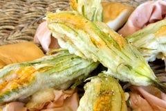 Placa com as flores fritadas do Zucchini foto de stock royalty free