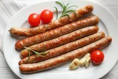 Placa com as salsichas grelhadas deliciosas, fotografia de stock