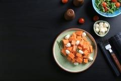 Placa com a batata doce e o queijo do corte delicioso Imagens de Stock Royalty Free