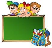Placa com crianças e saco de escola Fotografia de Stock Royalty Free
