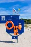 Placa com equipamento de segurança na praia Imagem de Stock