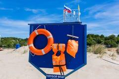 Placa com equipamento de segurança na praia Foto de Stock