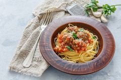Placa com espaguetes e almôndegas no molho de tomate Fotografia de Stock Royalty Free