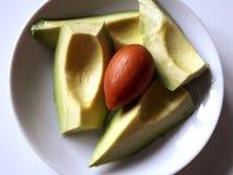 Placa com fatias e semente de abacate foto de stock royalty free
