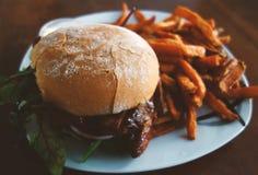 Placa com hamburguer e fritadas Imagens de Stock