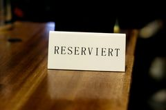 A placa com a inscrição 'reservado 'no café alemão foto de stock