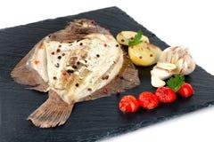 Placa com os peixes cozidos do linguado fotografia de stock