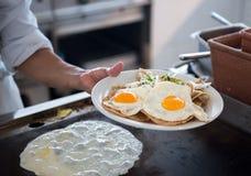 Placa com ovos fritados Fotografia de Stock Royalty Free