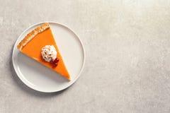 Placa com parte de tarte de abóbora caseiro delicioso fresco no fundo cinzento, vista superior imagem de stock