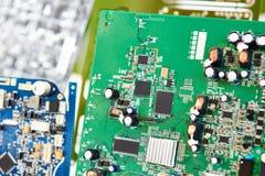 Placa com processadores e os soquetes eletrônicos foto de stock