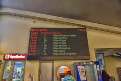 Placa com a programação na estação de ônibus Fotos de Stock Royalty Free
