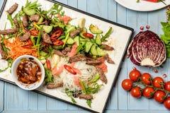 Placa com salada da carne Imagens de Stock Royalty Free