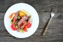 Placa com salada da carne, dos tomates, do aipo, da pimenta e do pepino Imagens de Stock Royalty Free