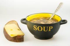 Placa com sopa e pão Fotografia de Stock
